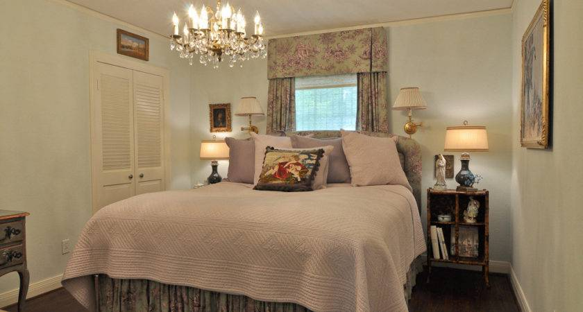 Decorating Comfortable Small Master Bedroom Ideas